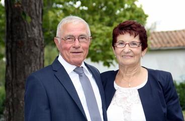 couple senior,75,80 ans,en tenue élégante