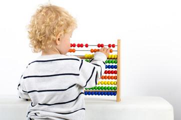 Kind beim Zählen