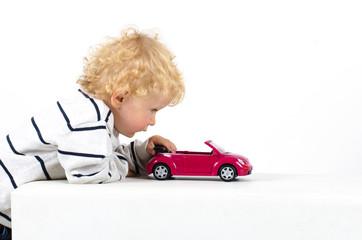 Kind mit Auto