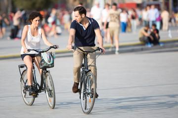 Mann bringt Frau Rad fahren bei