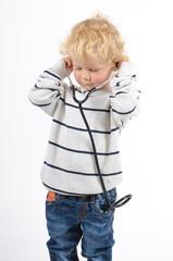 Junge mit Stethoskop