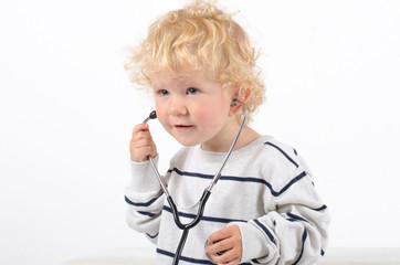 Kind mit Stethoskop
