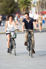 Paar redet beim Radfahren in der Stadt