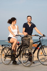 Haendchen halten mit Fahrrädern auf einem Stadtstrand