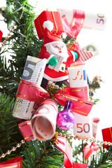 dekorierter Weihnachtsbaum geschmückt mit Geld und Nikolaus