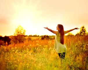 Счастливая девушка на природе