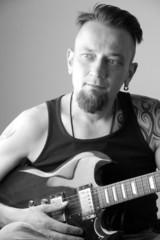 Mann mit e-gitarre swarz weiss