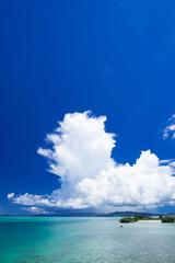 沖縄の海・大きな入道雲