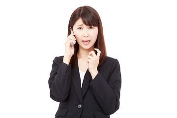 スマートフォンをで電話して困るビジネスウーマン
