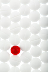 Tabletten in Weiß und Rot