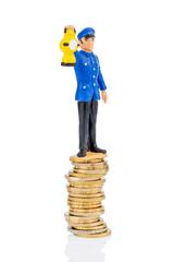 Bahnangestellter steht auf Geldstapel