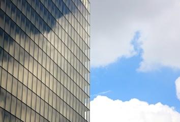 reflets changeant de nuages dans un building