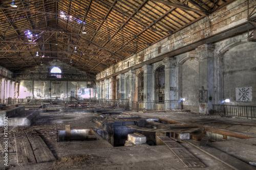 Papiers peints Ruine hall avec toit en bois et verrière