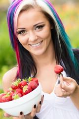 Frau mit frischen Erdbeeren