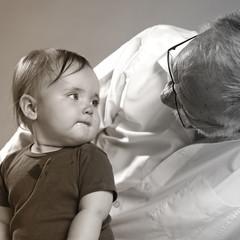 Kleinkind mit Grossvater