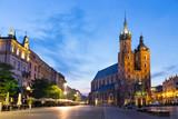 Kościół Mariacki w nocy w Krakowie, Polska.