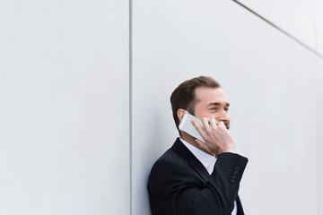 geschäftsmann telefoniert mit seinem handy