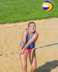 Spielerin beim Beachvolleyball