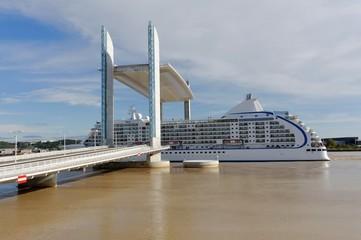 Bordeaux, paquebot sous le pont Jacques-Chaban-Delmas