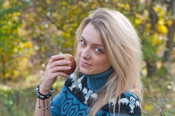 Портрет девушки с яблоком