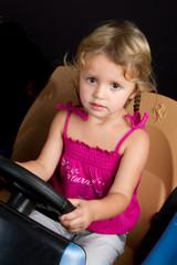 Petite fille dans une petite voiture