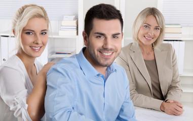 Altersvorsorge: junges Paar bei der Kundenberatung für Vorsorge