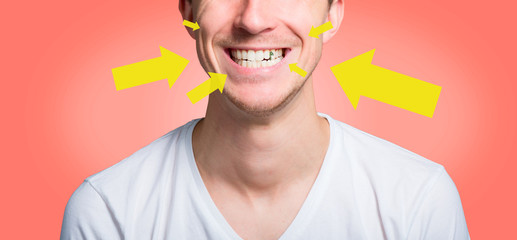Mann mit essensresten zwischen den zähnen