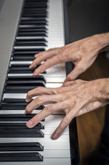 hands pianist playing