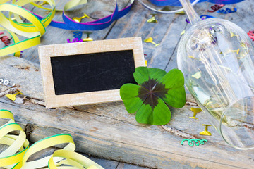 Partydekoration und Tafel mit Kleeblatt auf Holz, Textfreiraum