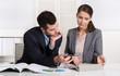 Geschäftsleute sitzend im Büro analysieren die Kostensituation