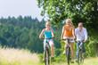 Familie fahren gemeinsam Wochenend Fahrradtour