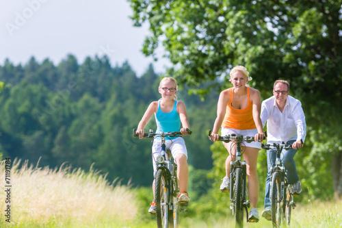 canvas print picture Familie fahren gemeinsam Wochenend Fahrradtour