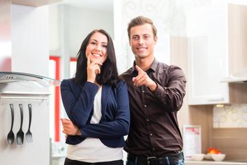 Paar kauft Küche im Möbelhaus