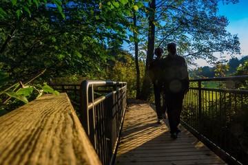 Wanderer gehen über eine Brücke