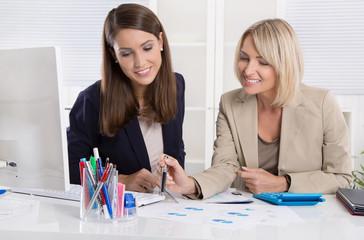 Team: beruflich erfolgreiche Frauen im Büro beraten sich