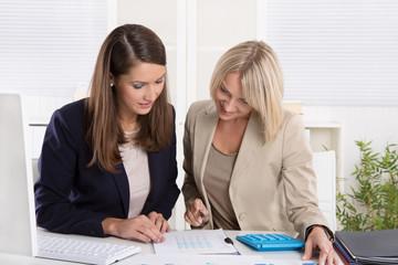 Business Team: erfolgreiche Zusammenarbeit unter Frauen