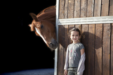 Niña observada por caballo