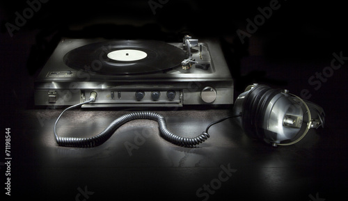 Old turntable with headphones - 71198544