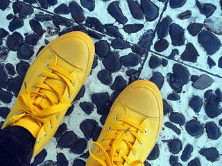 黄色いスニーカーをはいた足