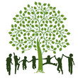 Spielende Kinder um einen Baum