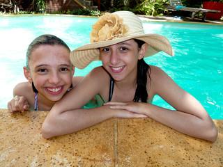 jeunes filles dans la piscine