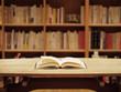 本棚と開いた本 - 71207909