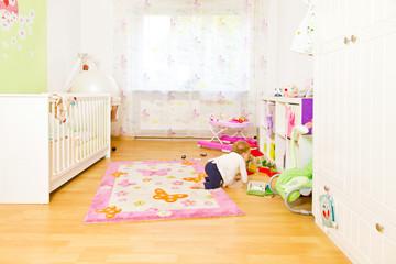 Kinderzimmer mit Kleinkind beim Spielen