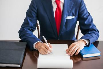 白い紙にメモをとるビジネスマン