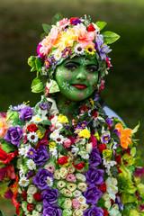 Украинская девушка с цветочной композицией