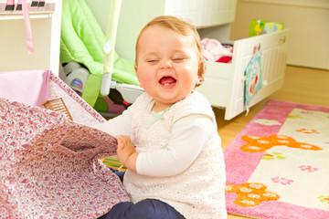 Kleines Mädchen im Kinderzimmer