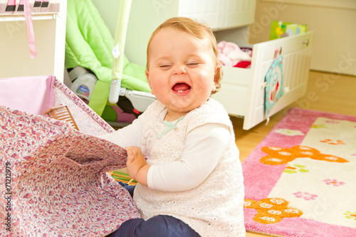 Leinwandbild Motiv Kleines Mädchen im Kinderzimmer