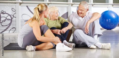 canvas print picture Gruppe Senioren macht Pause im Fitnesscenter