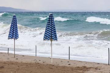 Verlassener Strand bei stürmischem Wetter