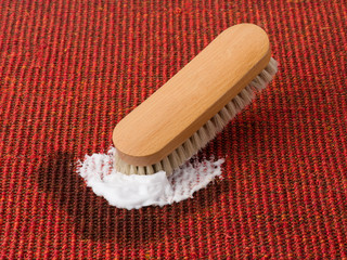 Teppichreinigung - Fleckentfernung mit Bürste und Schaum